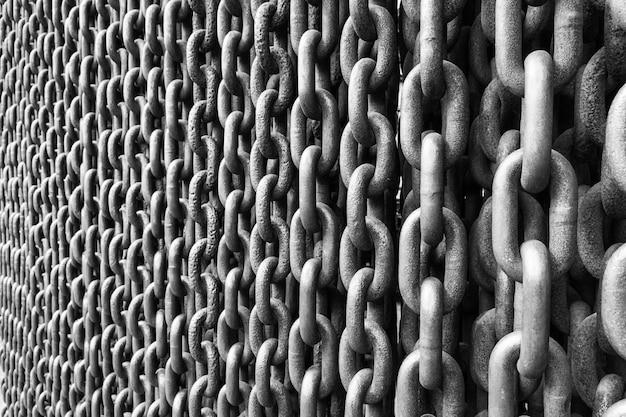 Zwart-witte fotomuur van grote ankerkettingen. zilveren metalen ketting. Premium Foto