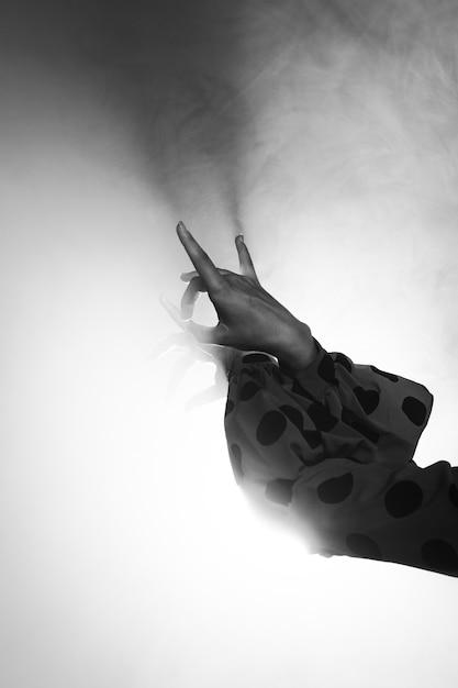 Zwart-witte handen die floreo uitvoeren Gratis Foto