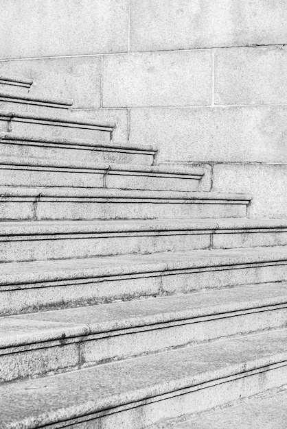 Zwart-witte kleur betonnen trap Gratis Foto