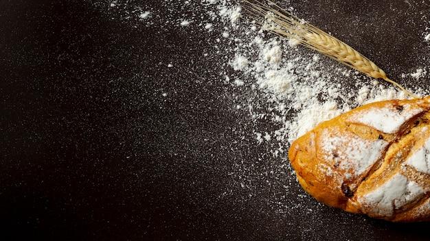 Zwarte achtergrond met wit brood Gratis Foto