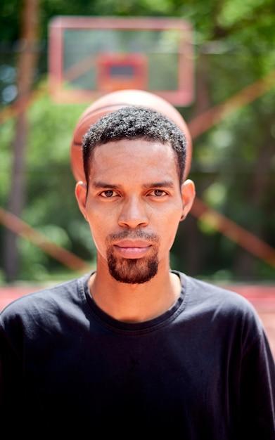 Zwarte basketbalspeler die op het gebied speelt Premium Foto