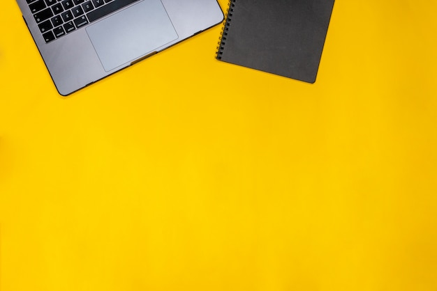 Zwarte blocnote en laptop Gratis Foto