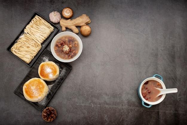 Zwarte borden met noedels en pannenkoeken Gratis Foto