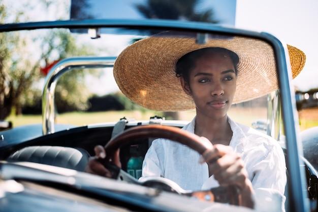 Zwarte die een uitstekende convertibele auto drijven Premium Foto