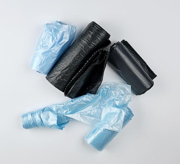 Zwarte en blauwe plastic zakken voor vuilnisbak Premium Foto