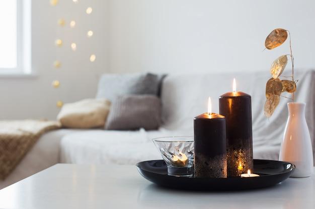 Zwarte en gouden kaarsen op witte lijst Premium Foto