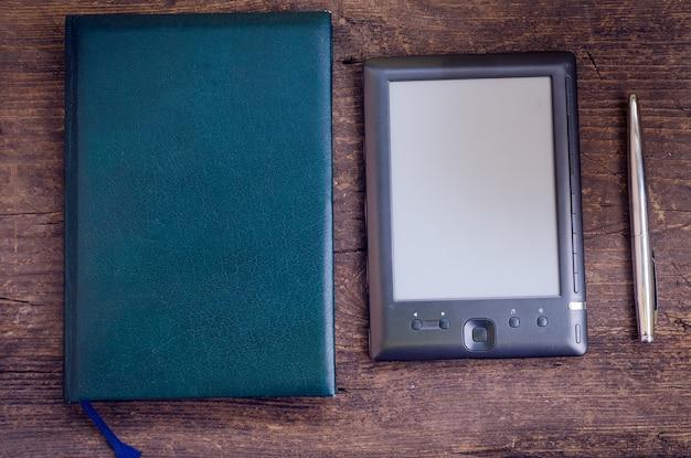 Zwarte ereader met notitieboekje en inktpen Premium Foto