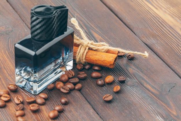 Zwarte fles parfum op een houten tafel Premium Foto