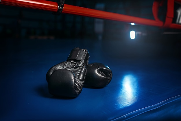 Zwarte handschoenen aan de ring Premium Foto
