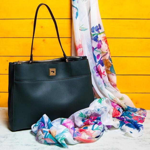 Zwarte handtas met een sjaal geïsoleerd Premium Foto