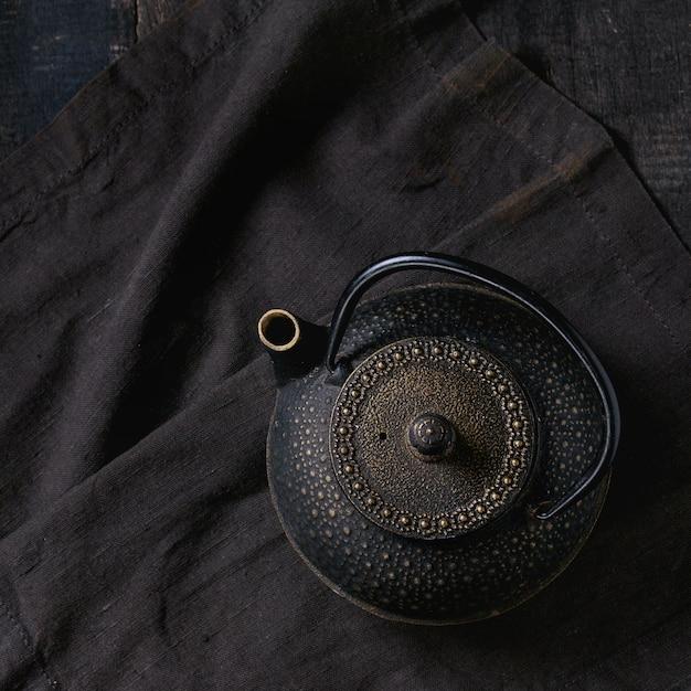 Zwarte ijzeren theepot Premium Foto