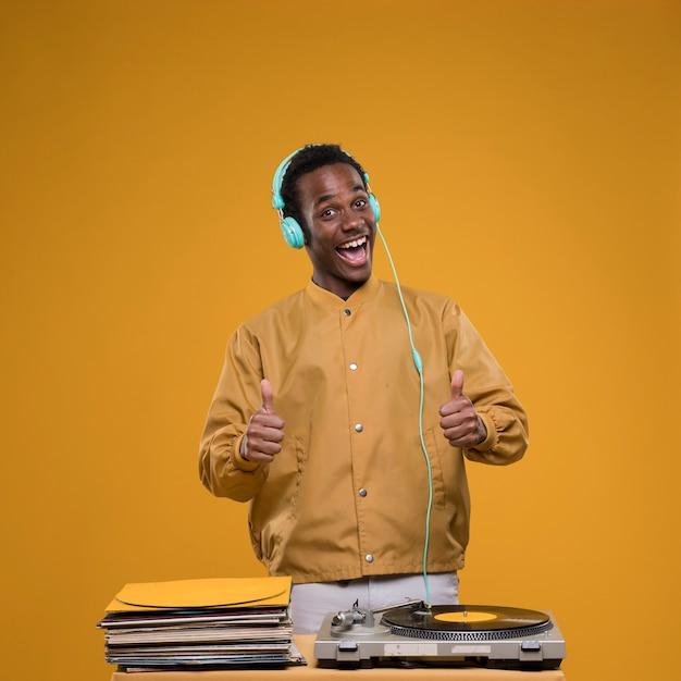 Zwarte jongen poseren met een koptelefoon Gratis Foto