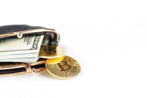 Zwarte klassieke portemonnee met dollars en bitcoin munten op een witte muur. Premium Foto