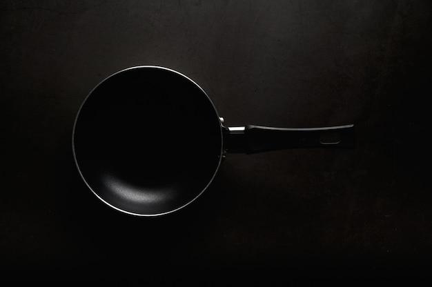 Zwarte koekenpan bovenaanzicht. Gratis Foto