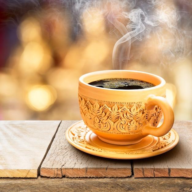 Zwarte koffie in aardewerk kopje Premium Foto