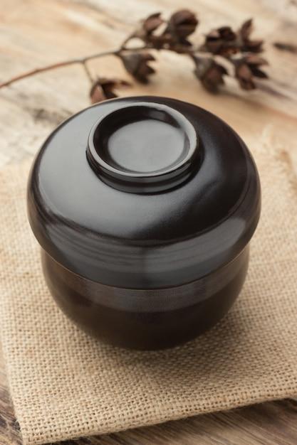 Zwarte kop op een houten tafel Premium Foto