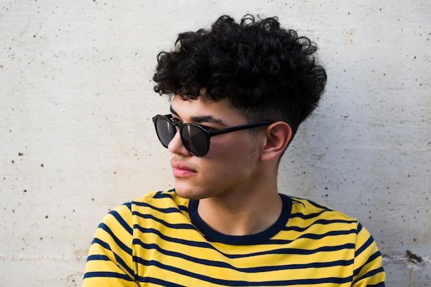 Zwarte krullende man in sunglusses en gestreept shirt Gratis Foto