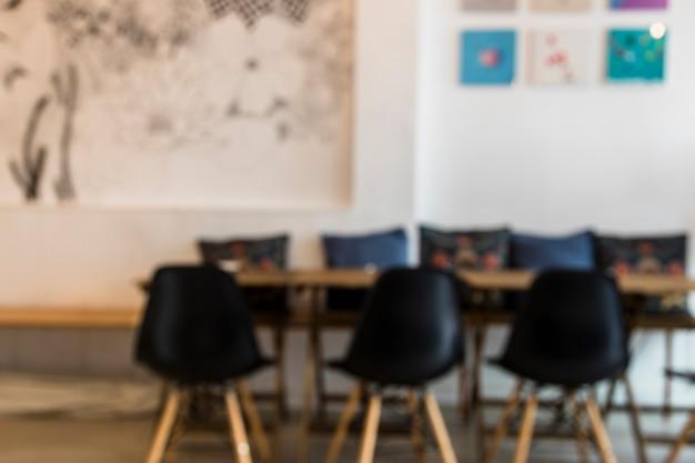 Zwarte lege stoelen en tafel in de coffeeshop Gratis Foto