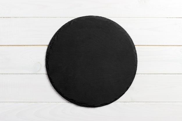 Zwarte lei om steen op houten achtergrond, hoogste mening, exemplaarruimte Premium Foto