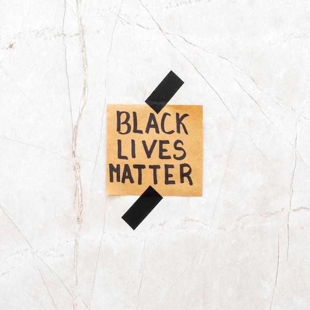 Zwarte levens doen er toe met op cementoppervlak Gratis Foto