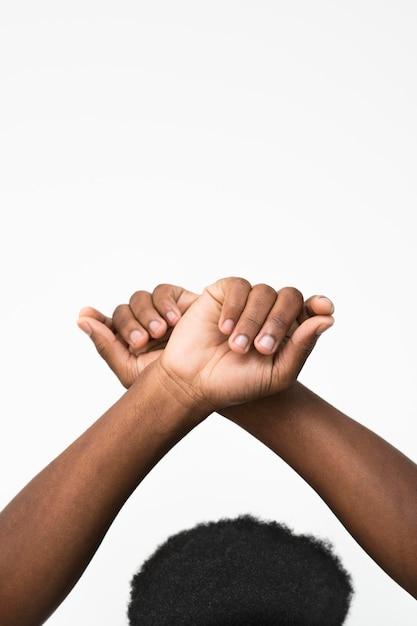 Zwarte man die zijn handen opstak Gratis Foto