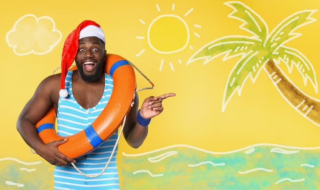 Zwarte man in zwembroek klaar om te gaan op een zonnige plek voor kerstmis Premium Foto