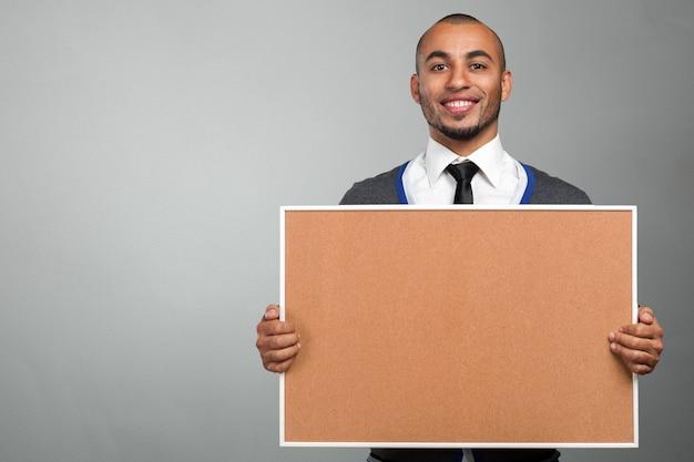 Zwarte man met een kurk boord Premium Foto