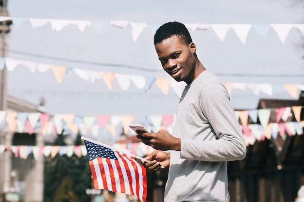Zwarte man op viering van de onafhankelijkheidsdag Gratis Foto