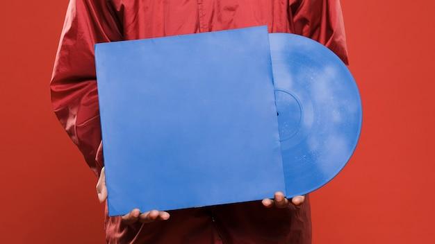 Zwarte man poseren met vinyls Gratis Foto