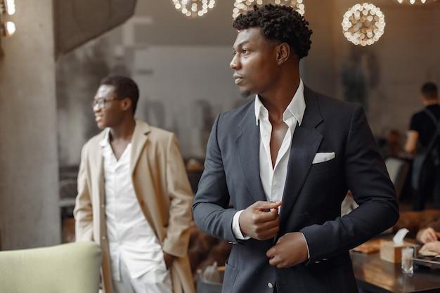 Zwarte mannen in een café hebben een bedrijf Gratis Foto