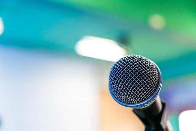 Zwarte microfoon in conferentieruimte (gefilterde afbeelding verwerkt v Gratis Foto