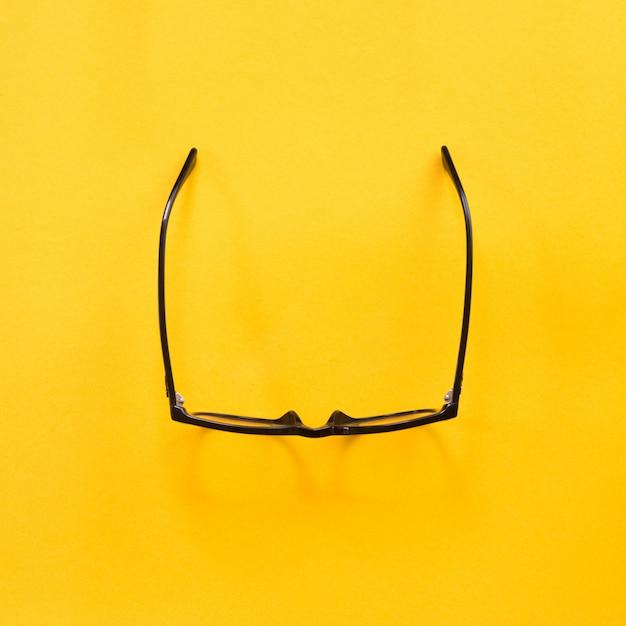 Zwarte moderne oogglazen op geel. Premium Foto