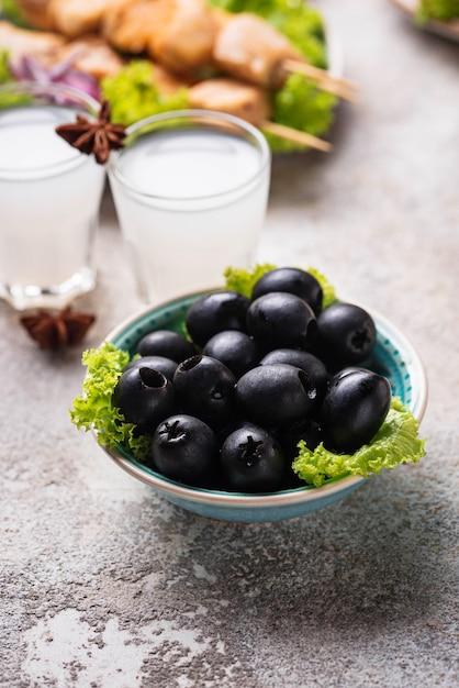 Zwarte olijven en traditionele griekse gerechten Premium Foto