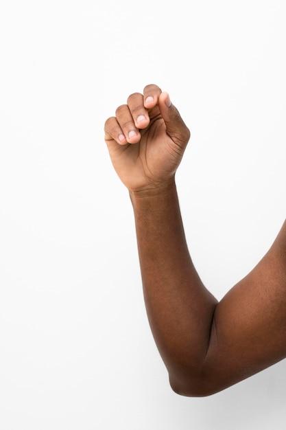 Zwarte persoon die hun hand omhoog houdt Gratis Foto