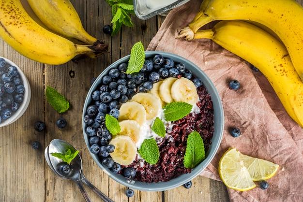 Zwarte rijstpudding ontbijtkom Premium Foto