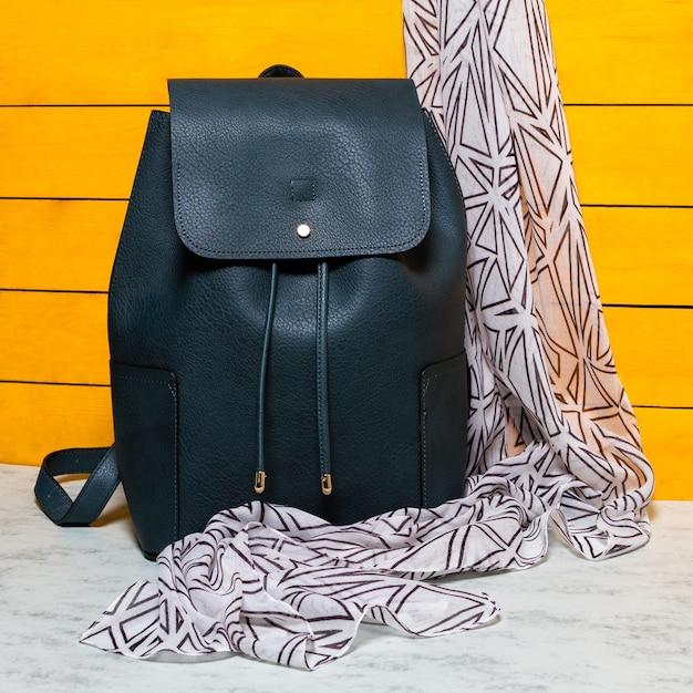 Zwarte rugzak met een geïsoleerde sjaal Premium Foto
