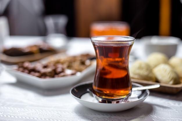 Zwarte thee in nationaal armudy glas zijaanzicht Gratis Foto