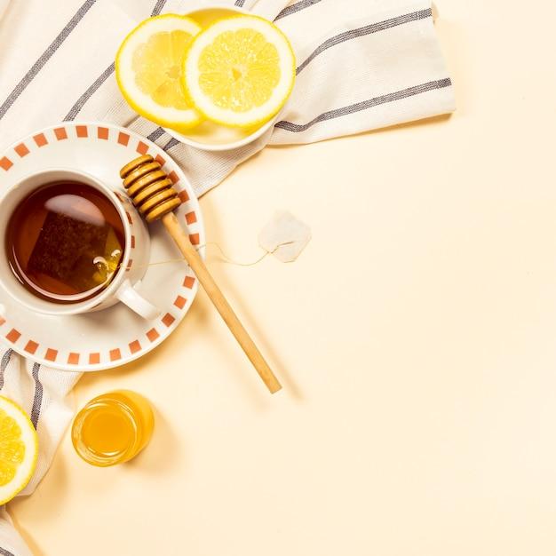 Zwarte thee met honing en verse schijfjes citroen Gratis Foto