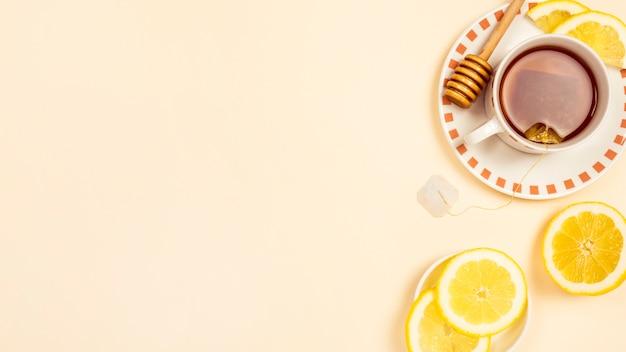 Zwarte thee met plakje verse citroen op beige achtergrond Gratis Foto