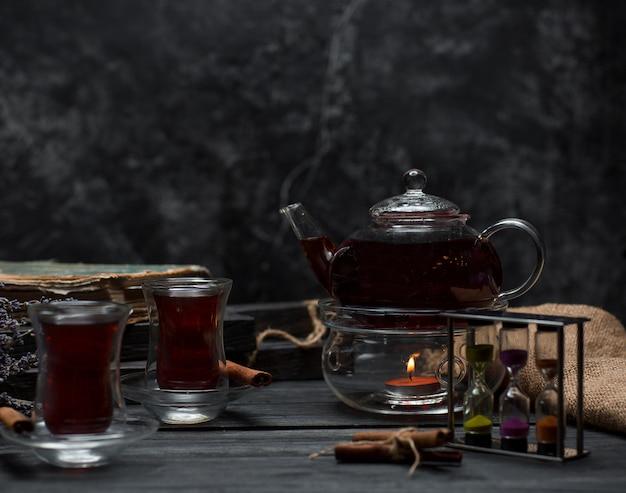 Zwarte thee op de tafel Gratis Foto