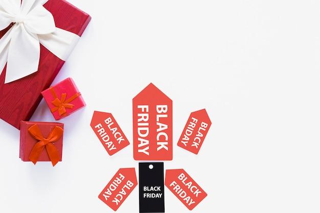 Zwarte vrijdag tag en stickers in de buurt van geschenken Gratis Foto