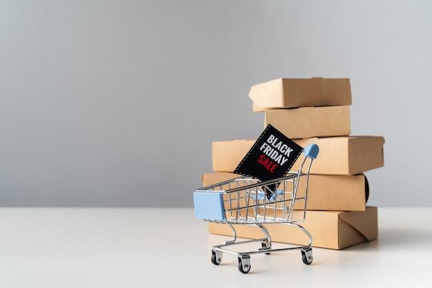 Zwarte vrijdag winkelwagen voor dozen Gratis Foto