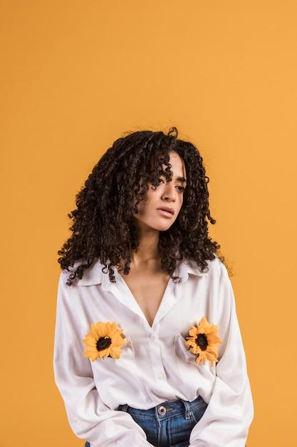 Zwarte vrouw met bloemen in hemdzakken Gratis Foto