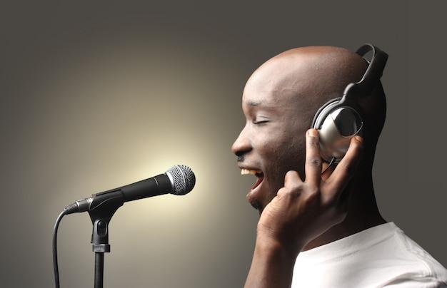 Zwarte zanger in een studio Premium Foto