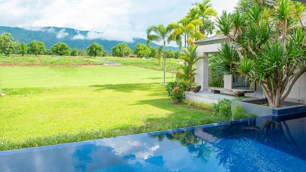 Zwembad in modern huis en uitzicht op de bergen Premium Foto
