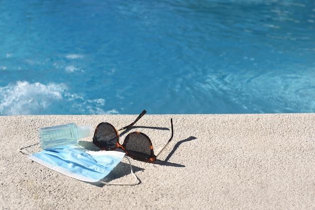 Zwembad met zonnebril en beschermende maskers Premium Foto