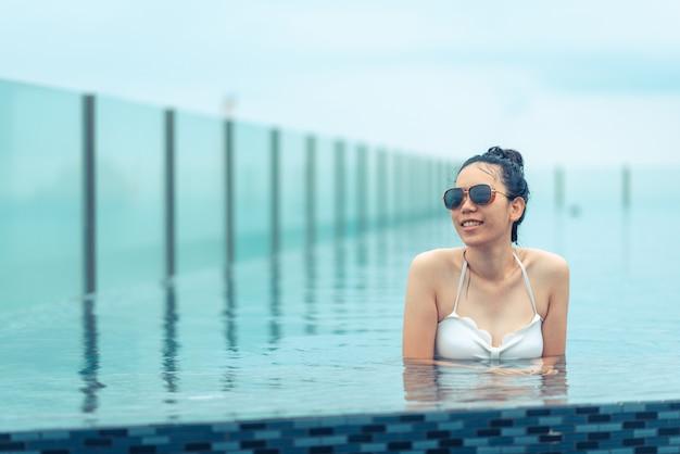 Zwembad op dakbovenkant met mooie stadsmening, pattaya, thailand Premium Foto