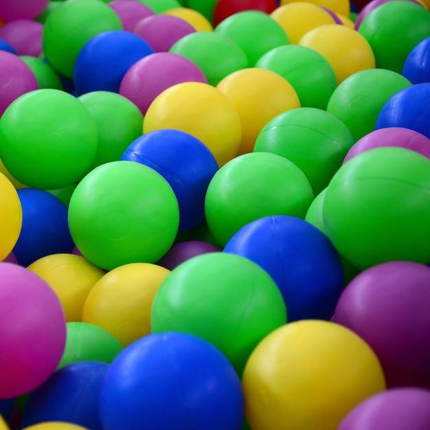 Zwembad voor de lol en springen in gekleurde plastic ballen Premium Foto