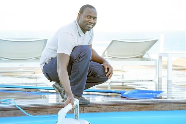 Zwembadreiniger tijdens zijn werk. reinigingsrobot voor het reinigen van de bodem van zwembaden. Premium Foto