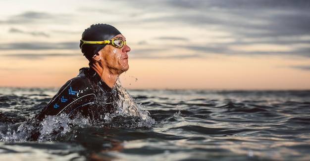 Zwemmer die uitrusting in zee draagt Premium Foto